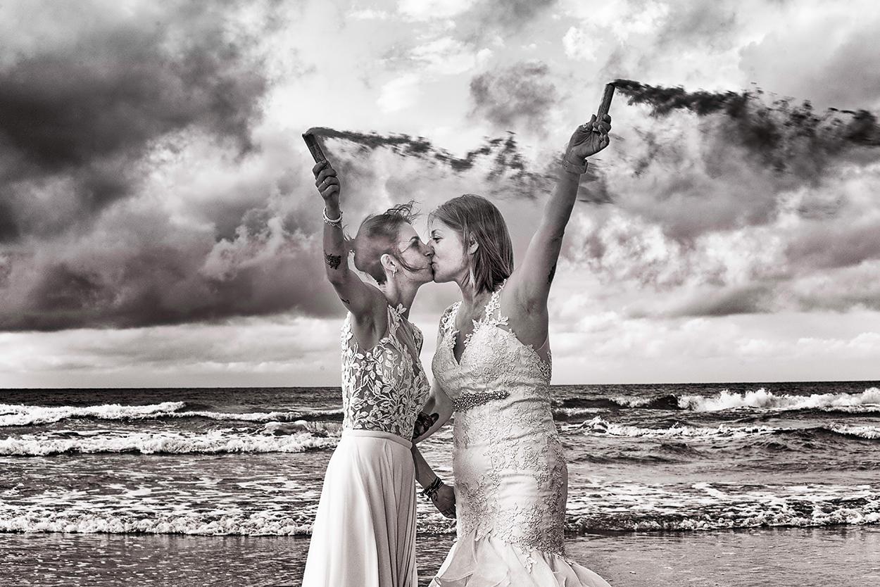 postboda-bengalas-playa-blanco-y-negro